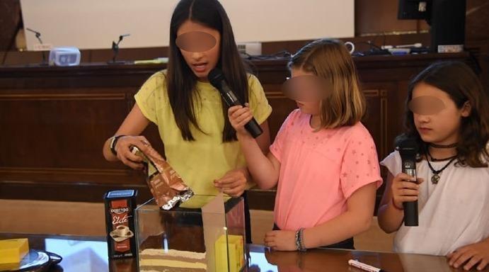 Alumnas del CRA La Coroña presentando experimento en Encuentro Científico del CSIC