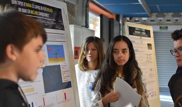 Alumnos presentando un póster científico